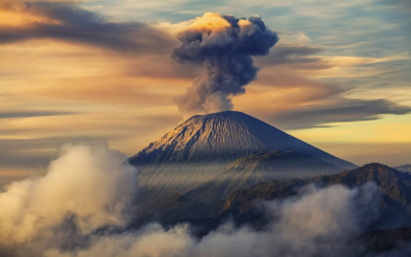 Gunung Semeru Erupsi Wisatawan Pendaki Diminta Hati Hati Portal Berita Bisnis Wisata