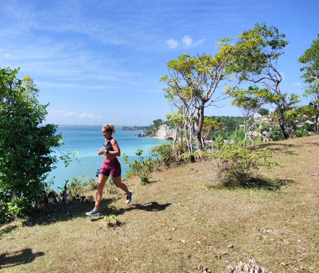 bugar-jasmani-rohani-berlari-berenang-di-alam-bebas